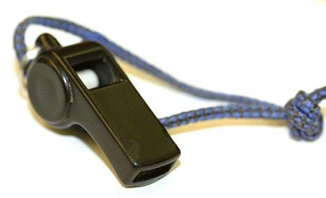 EU:n niin kutsuttu whistleblower -direktiivi velvoittaa nimettömän ilmiantokanavan perustamiseen. Kuvituskuva.