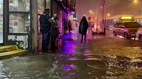 Tulvavesi täytti New Yorkin kaupungin katuja keskiviikon ja torstain välisenä yönä. Kuva on Bronxin kaupunginosasta.