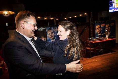 Pirkanmaan Kokoomus ry:n toiminnanjohtaja Jari Porraslampi onnitteli 9103 ääntä kerännyttä valtiosihteeri Anna-Kaisa Ikosta. Ikonen oli ehdolla ensimmäistä kertaa.