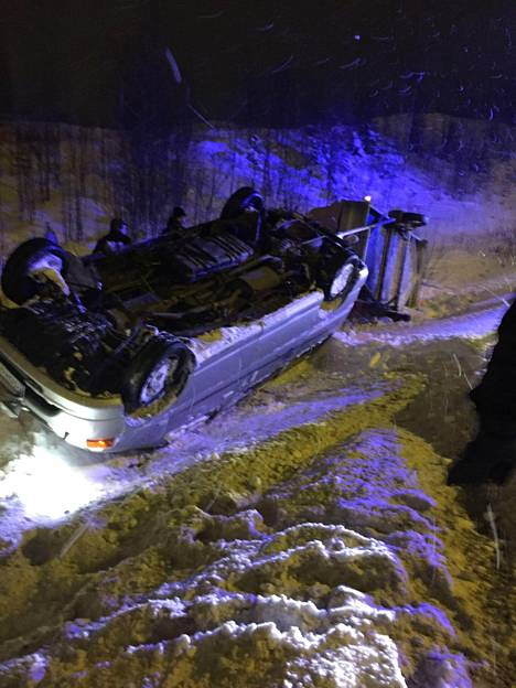 Onnettomuuspaikalle sattunut lukija kuvasi onnettomuusauton ja perävaunun.