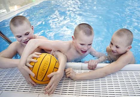 Vikellä, Ukolla ja Ekulla on energiaa vaikka muille jakaa. Pojat pelaavat Senttereissa vesipalloa.