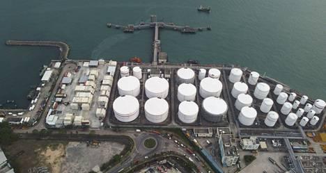 Pandemia on heiluttanut voimakkaasti öljyn hintaa maailmanmarkkinoilla. Kuvassa Sinopecin öljytankkeja Hongkongissa.