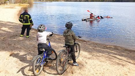 Palomiesten kuikan pelastusretkeä vapunpäivänä seurasi Kurkisaaren rannalla kaksi polkupyörillä matkassa ollutta nuorta miestä.