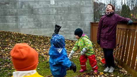Luhtaan päiväkodissa riitti lokakuun puolivälissä haravoitavaa. Seikkailupihalla päiväkodin johtajan Raija Toikan lisäksi vasemmalta lukien Aapeli Tulasalo, Lasse Lehmusoksa ja Alma Haakana.