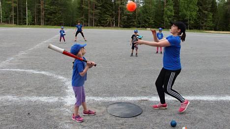 Pesäpallo on Merikarvialla suosittu harrastus. Tässä kuvassa Maarit Lähteenmäki toimii lukkarina ja Neea Salonen antaa pallolle kyytiä.