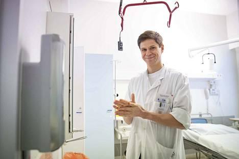 """""""Vaikka koronavirustestin tulos jäisikin negatiiviseksi, tulee edelleen noudattaa yleistä suositusta ja pysyä kotona hengitystieinfektion oireiden ajan"""", muistuttaa Satasairaalan infektioyksikön osastonylilääkäri Tuomas Nieminen."""