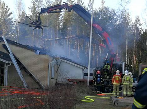 Rivitaloasunto tuhoutui tulipalossa ja sen raivaustöissä lähes täysin. Myös naapuriasunnot kärsivät mittavia vahinkoja.