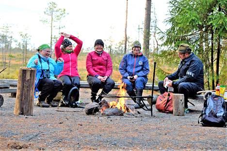 Rangerit Kristiina Peltomaa, Maaria Berg, Päivi Nummijoki, Eira-Maija Salonen ja Tapio Alatalo rentoutuvat taukopaikalla yhdessä kouluttaja Maaria Bergin kanssa.