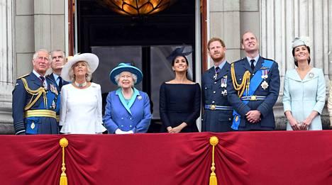 Kuninkaallisen perheen suosio on ja pysyy, vaikka skandaalit toistuvasti ravistelevat sen perheenjäseniä.
