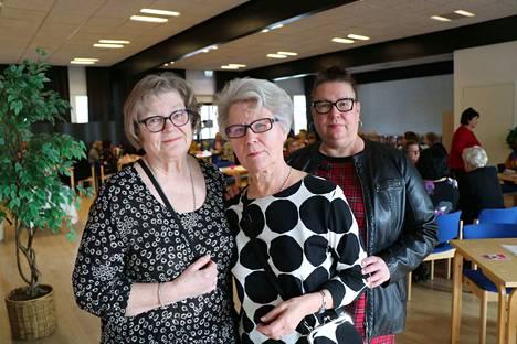 Kankaanpääläiset Leena Kankaro, Eila Laukkonen ja Sari Laukkonen nauttivat naistenpäivästä.