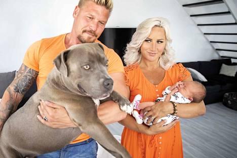 Onnellinen perhe. Putin on koko ajan valppaana, kun vauvan ympärillä on ihmisiä.