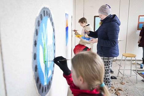 Sataopiston kuvataidekoululaiset Kerttu Henttonen, Sonia Saarela ja Eelis Viitala tekivät  Vinnarin koulun seinään taidetta viime vuonna Harjavallassa.