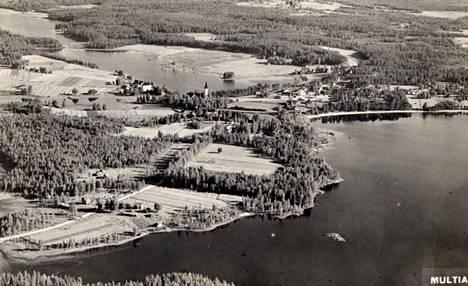 Kuvassa taempana siintää Multian kirkon torni. Ilmakuva lienee peräisin 1930-luvulta, ja Ilmo Utriainen on löytänyt sen äitinsä valokuva-albumista.