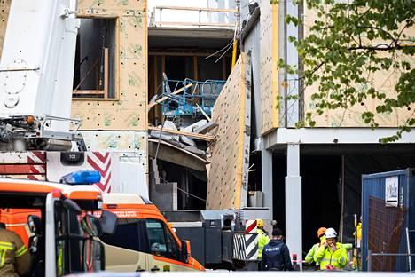 Paikalla oli torstaina iltapäivällä pelastuslaitoksen yksikköjä sekä poliisi. Kuvasta näkyy romahtanut elementti.