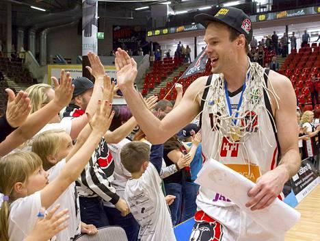 Ville Kaunisto Kaunisto pelasi ulkomailla – Sveitsissä, Italiassa, Espanjassa ja Ranskassa – yhteensä seitsemän kautta vuosina 2004–2013.