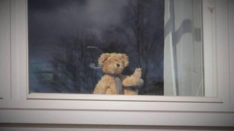 Koronanallet ilmaantuivat ikkunoihin jo 1,5 vuotta sitten kannustamaan koronaa vastaan taistelua. Kuvituskuva.