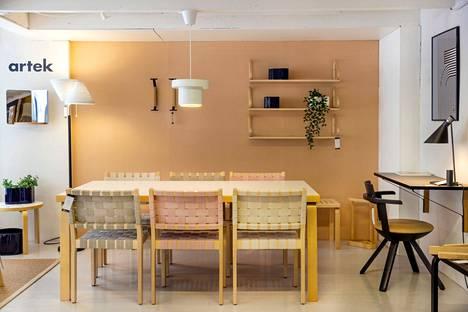 Artekin ruokapöydän ympärille voi nyt hankkia satulavyötuolit pastellin sävyissä, valaisimena on ikoninen 810. Vinkki etätyöntekijälle: Artekin työpiste seinään kiinnitettävine tasoineen on kaunis kokonaisuus.