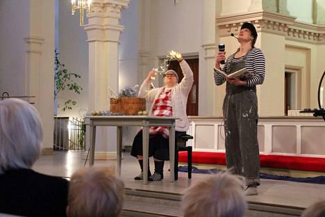 Joonas ja mummo eli Kirsi Taponen ja Jaana Alamäki pohtivat saarnanäytelmässä joulun odotusta. Hienoa on, jos voi toista auttaa, joulukiireessäkin.