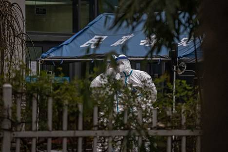 Terveydenhuollon työntekijät seisoivat täydessä suojavarustuksessa sairaalan ulkopuolella Hubein maakunnassa 29 tammikuuta. Maailman terveysjärjestö WHO:n tutkijat ovat vierailulla maakunnassa. Tutkijat vierailivat myös koronapandemian lähtöpisteenä pidetyllä torilla Wuhanissa Hubein maakunnassa.