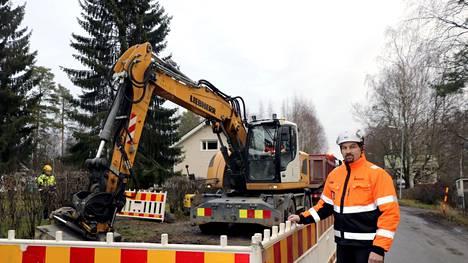 Työmaalla Mäntässä, etualalla Jatesal Oy:n toimitusjohtaja Aki Salmi. Muutkin kuvassa ovat Jatesalin miehiä, kaivinkoneessa Joni Rantanen ja taustalla Juuso Collin.
