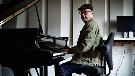 Pianisti Iiro Rantala harjoitteli kotonaan Lallukan taiteilijakodissa Helsingissä.