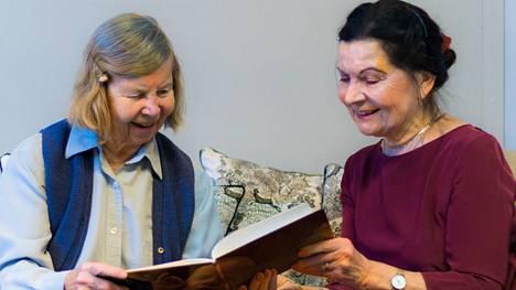 Irja ja Tuula ovat Vanhusseurapalvelun eläkeikäisiä työntekijöitä eli Seuralaisia.
