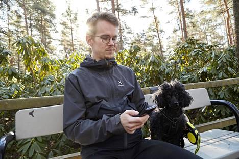 Historiantutkija Ilkka Kärrylä pitää työpäivän aikana taukoja, jolloin hän selailee puhelinta tai ulkoilee koiransa Sylvin kanssa.