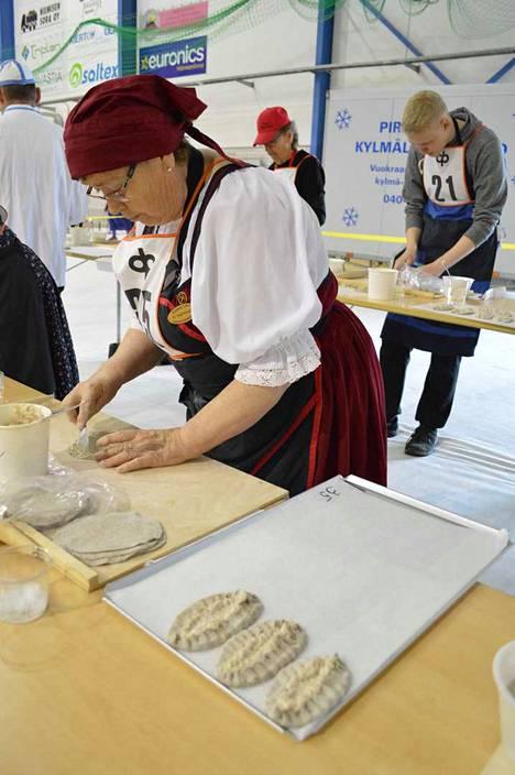 Karjalaiset kesäjuhlat pidettiin vuonna 2019 Hameenlinnassa. Kuva piirakkakisasta.