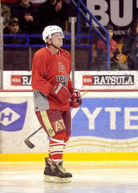 Veli-Matti Ruisma vanhan pelikaverinsa Arto Javanaisen muisto-ottelussa vuonna 2012.