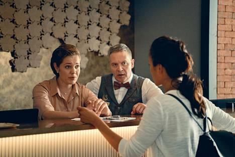 Hotel Swan Helsinki kertoo uudistuksen läpikäyneen hotellin henkilökunnasta ja asiakkaista. Oona Airola on uusi hotellinjohtaja Ella ja Eppu Salminen aulavirkailija Joonas.