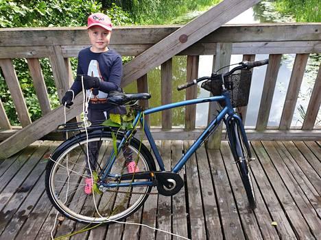 Aatu Peippo kalasti magneetilla Seppo Katajan varastetun pyörän Euran urheilukentän sillalta.