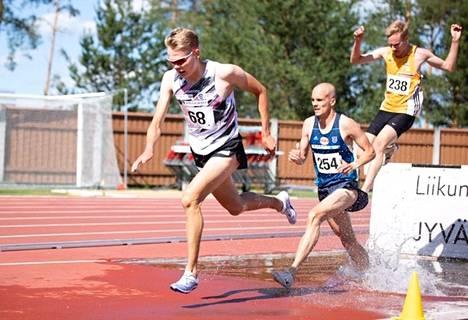 Eemil Helander oli Turussa 3000 metrin esteiden kahdeksas takanaan Miika Tenhunen (kymmenes) ja Hannu Granberg (yhdeksäs).