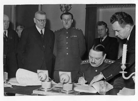Suomi ja Neuvostoliitto allekirjoittavat sopimuksen Suomen maksettaviksi tulevista sotakorvauksista joulukuussa 1944. Vasemmalla J. K. Paasikivi.