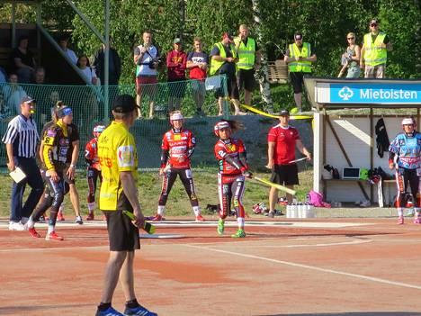 Pesäkarhujen neljä juoksua tuonut Emilia Itävalo mailan varressa. Vesattarien lukkari Mari-Ann Lehtinen sai sekaisin sekä oman että vieraiden pelin.