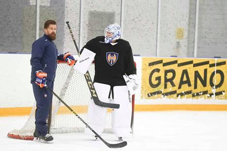 Maalivahti Michael Garteig siirtyi Tapparaan ECHL-liigan Newfoundland Growlersista. Garteig keskusteli harjoituksissa maalivahtivalmentaja Aki Näykin kanssa.