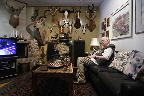 Aatos Niemen seinät pursuavat metsästysmuistoja Suomesta ja maailmalta. Al-Holin komennuksen aikana hän metsästi kyyhkyjä syyrialaismieheltä lainaamallaan haulikolla.