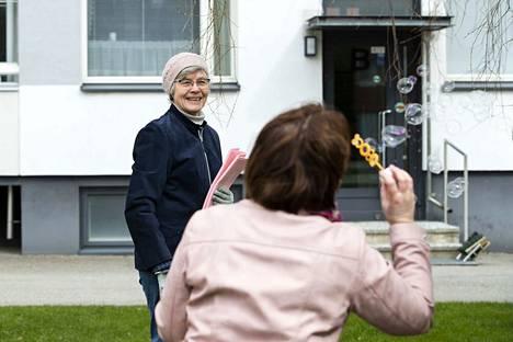 Maili Lehtinen täytti 80 vuotta ja perhe järjesti koronaviruksen aiheuttaman arjen keskellä mummulleen yllätysjuhlat Tampereen Kalevassa vappupäivänä.