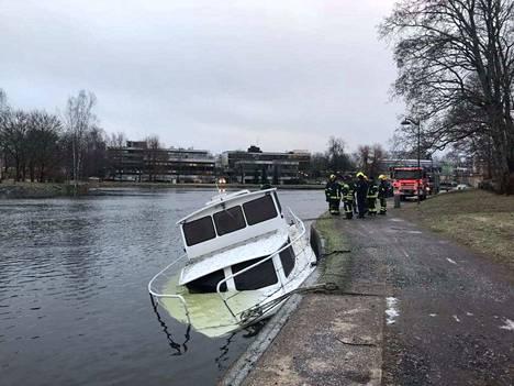 Vene upposi puoliksi järven pohjaan Valkeakoskella.