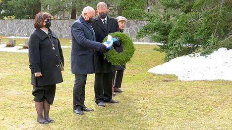 Mänttä-Vilppulan seurakunnan kirkkoherra Saila Munukka, Lasse Siltanen, Jussi Katajamäki ja veteraani Kirsti Muola laskivat veteraanipäivän seppeleen Mäntän sankarihaudoille.