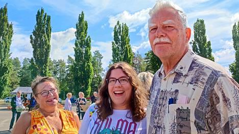 Mirva Keskinen ja Jorma Kallinen juhlistivat tyttärensä Erika Kallisen (keskellä) saapumista Hämeenlinnasta kotikaupunkiin ja toivat hänet MOMiin kuvattavaksi.
