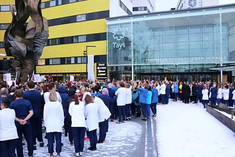 Arviolta 400 ammattiyhdistykseen kuuluvaa marssi torstaina iltapäivällä Taysin uudesta pääaulasta ulos.