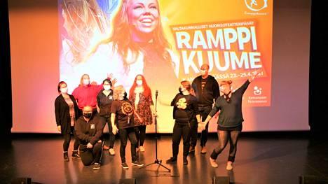 Ensi vuonna 25. kerta – juhlavuosi. Kankaanpään kaupungin nuorisotyöntekijät Ullamarja Kontiaisen, Karoliina Hurstin, Tapani Alapeltolan ja Kati Pipisen johdolla valmistautuivat sunnuntaina taukojumpalla Ramppikuumeen viimeiseen esitykseen katselmuksessa.