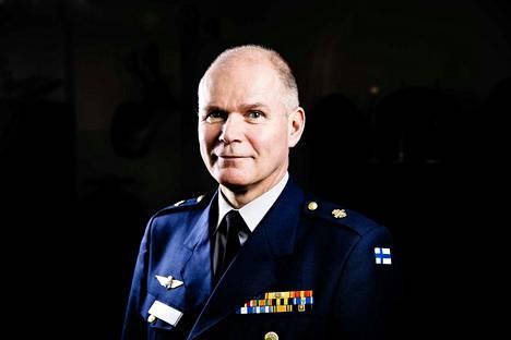 Entinen Puolustusvoimien komentaja Jarmo Lindberg kiistää rikkoneensa karenssisopimusta.