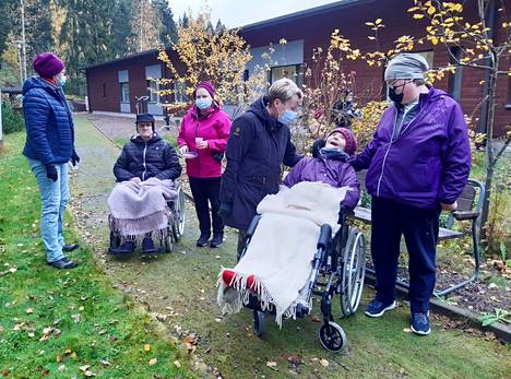 Tänä vuonna Vanhustenviikkoa on juhlittu Luonto antaa voimaa -teemalla. Gradia Jämsän hoiva-avustajaopiskelijat veivät Ikipihlaja Johanna asukkaita ulos nauttimaan syksyisestä  luonnosta.