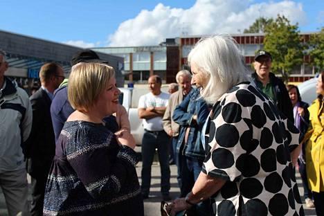 Tiede- ja kulttuuriministeri sekä keskustan puheenjohtajaehdokas Annika Saarikko kuunteli, kun Oripäästä alun alkaen kotoisin oleva Tuula Hyvätti halusi tervehtiä oman kylän naista.