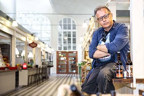 Jotain on sentään kauppahallissakin muuttunut aikojen saatossa. Kun pikkupoikana Reijo Mäki ihasteli kauppahallin nakkisoppaa, vei kirjailijan tie nyt Pieneen olutpuotiin.