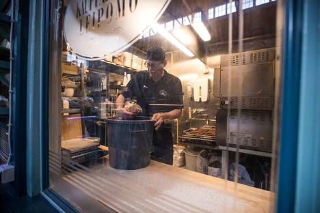 Jukka Ketola on leipomossa tuoretta vitriiniin.