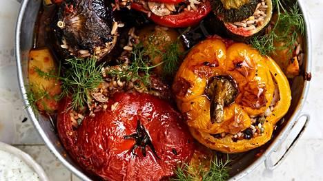 Paprikat, tomaatit, munakoisot ja kesäkurpitsat saavat herkullisen riisipohjaisen täytteen.