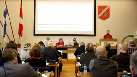 Korona-aikaan kaupunginvaltuustojen kokoukset on striimattu yleisön nähtäville. Kaikilla kaupungeilla ei kuitenkaan ole resursseja tekstittää niitä. Arkistokuva Valkeakosken kaupunginvaltuuston kokouksesta parin vuoden takaa.