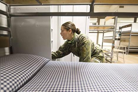 Aliupseerioppilas Senja Salonen on odottanut monta kertaa muiden naisten kanssa tuvassa, kun miehet ovat olleet jo harjoituksessa. Info ei ole aina kulkeutunut naisille asti eri kerrokseen.